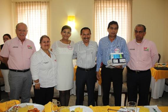 Alcalde de Colima Entrega Equipo a Personal de la Red Médica del DIF Municipal